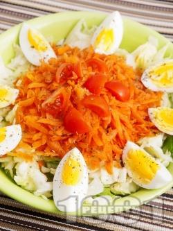 Салата айсберг с варени яйца, моркви и риган - снимка на рецептата